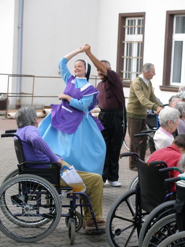 pacjent tańczy z siostrą