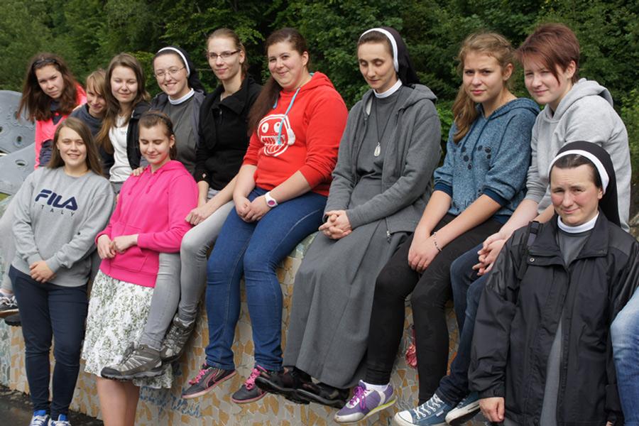 młodzież w towarzystwie sióstr