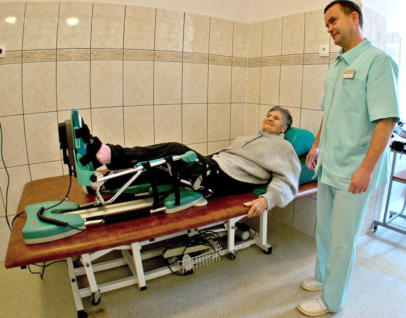 pacjentka podczas rehabilitacji