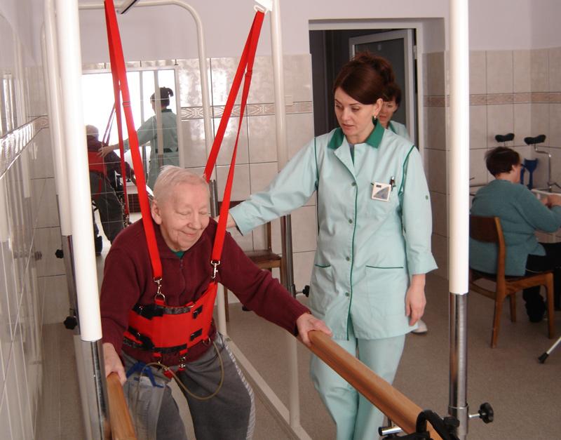 pacjent podczas rehabilitacji
