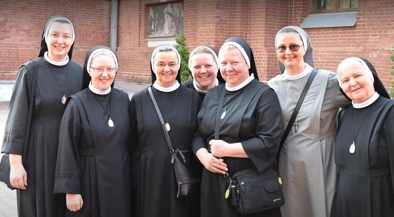 zdjęcie grupowe sióstr