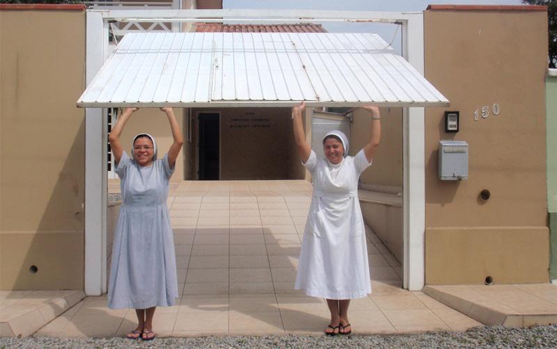 siostry otwierają bramę