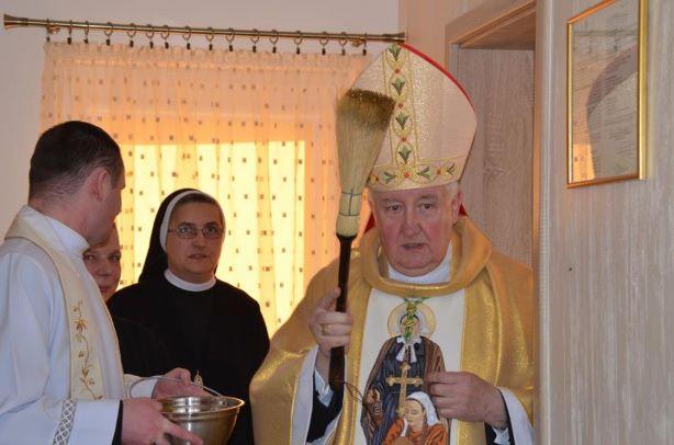 Ks. Bp Romuald Kamiński podczas poświęcenia nowego domu sióstr w Giżycku