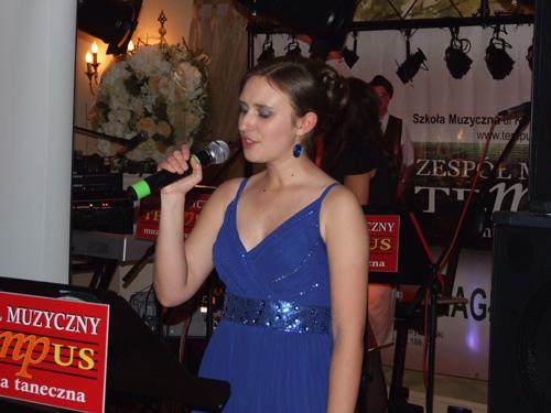 siostra w stanie świeckim śpiewa podczas występu